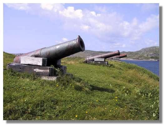 Sur l'île aux Marins, les canons dressés vers le large rappellent que l'archipel a longtemps été le lieu de conflits entre les Français et les Anglais. © C. Marciniak