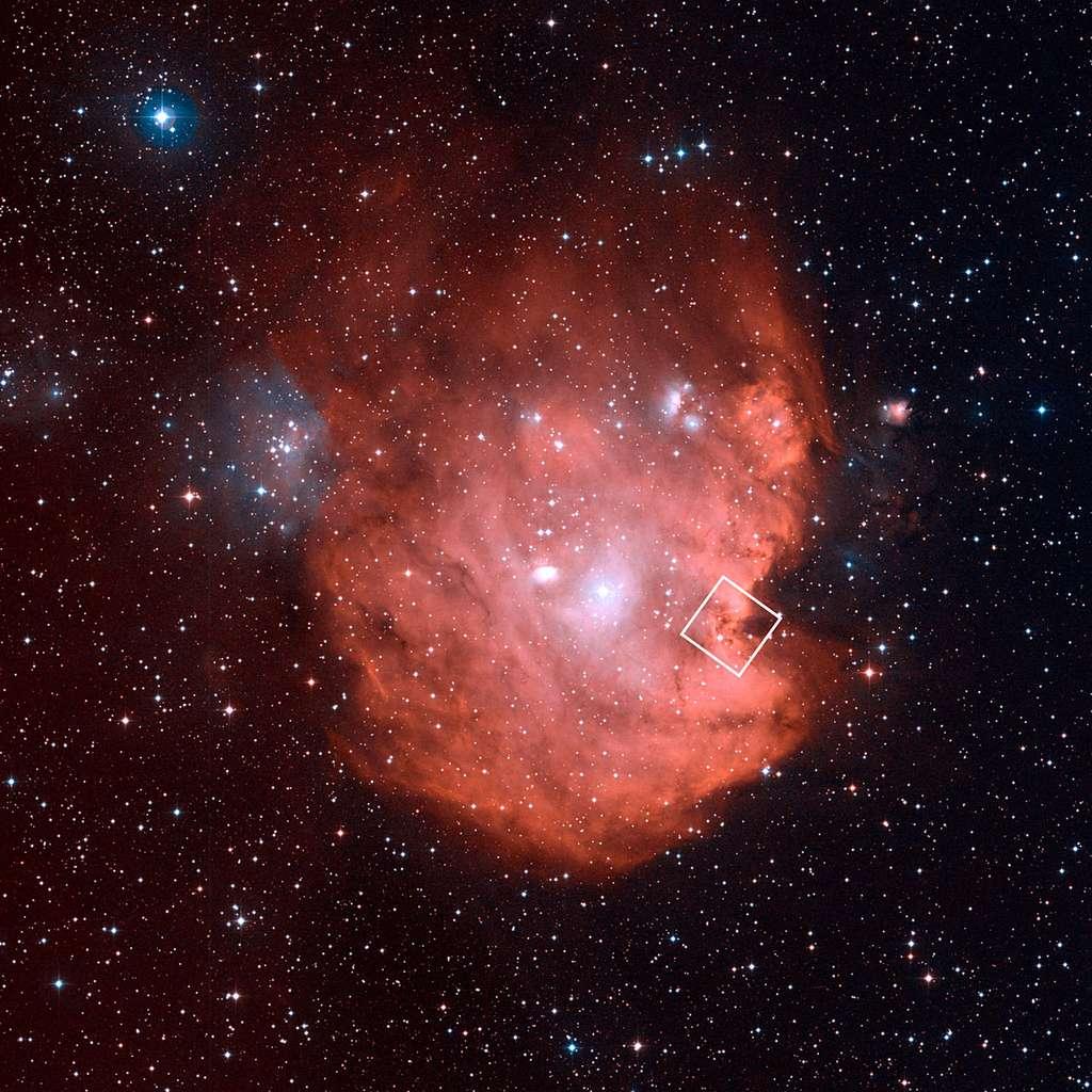 Évoquant dans son ensemble la tête d'un singe, la pâle nébuleuse NGC 2714, découverte en 1877 par le directeur de l'observatoire de Marseille Jean-Marie Édouard Stéphan, est ici photographiée par un télescope terrestre installé au sommet du mont Palomar (Californie) dans le cadre du sondage du ciel profond DSS2 (Digitized Sky Survey 2). Le carré bordé de blanc indique la région imagée dans l'infrarouge par Hubble. © Nasa, Esa, DSS, STScI, Aura, Palomar, Caltech