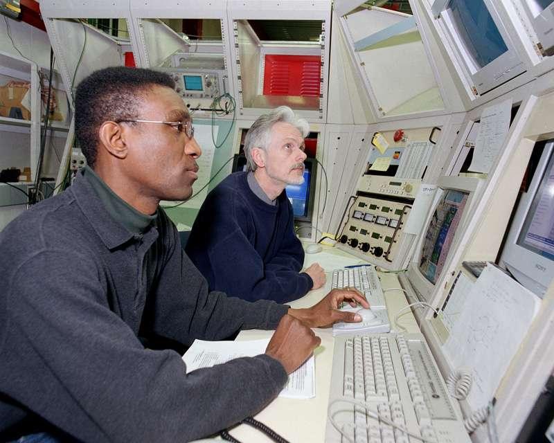 Arden Warner et son collègue Curtis Crawford en plein travail au Fermilab. © Fermilab, Reidar Hahn