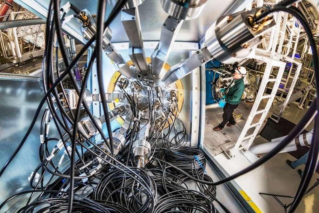 Une vue de la machine dans laquelle les physiciens du Lawrence Livermore National Laboratory sont parvenus à produire de l'énergie au moyen de la fusion inertielle. © Lawrence Livermore National Laboratory