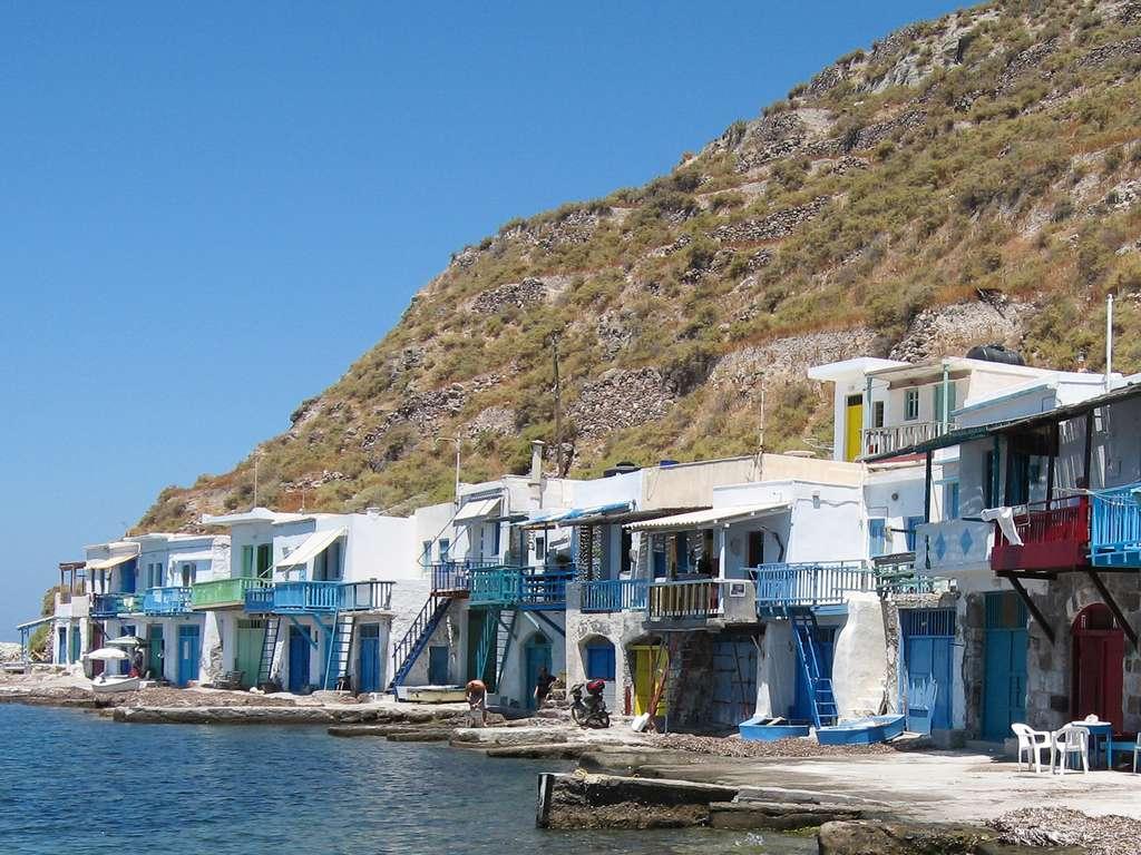 Des syrmatas, anciens abris pour pêcheurs et barques, dont la plupart sont aujourd'hui loués aux touristes, à Milos. © Oliwan, cc by 3.0