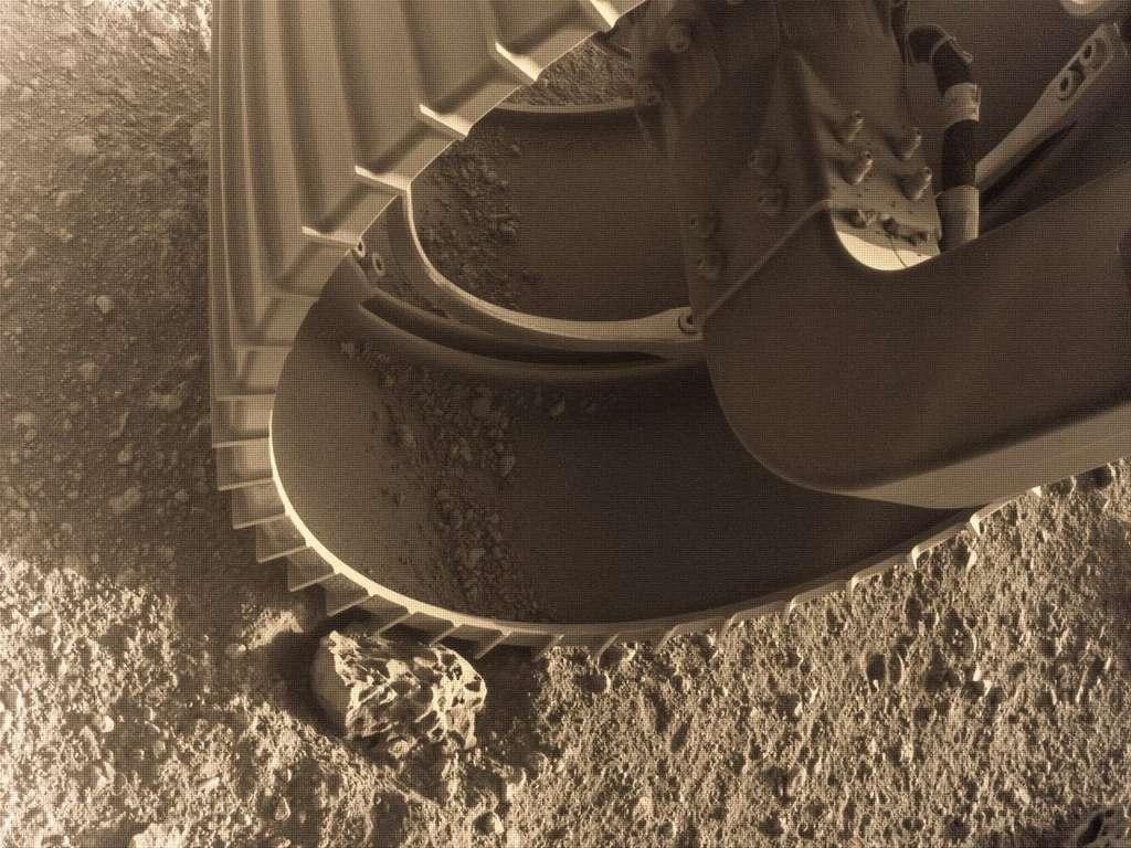 Cette photo de Perseverance sur Mars a été colorisée par Jason Major. Elle a été capturée par les Hazcams droite et gauche du rover, qui lui permettent de détecter les obstacles comme les gros rochers. © Nasa/JPL-Caltech