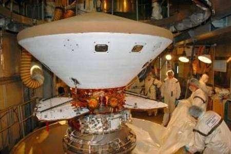 Gros plan sur le bouclier thermique de Phoenix (en haut) utilisé pour la rentrée, avant l'ouverture du parachute de descente. NASA.