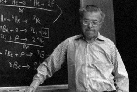 Fred Hoyle expliquant la théorie de la nucléosynthèse stellaire. S'il avait raison contre Gamow pour expliquer à partir des étoiles la production des noyaux comme le carbone et l'azote, il avait tort au sujet de la théorie du Big Bang de ce même Gamow et de Lemaître. © Clemson University and Donald D. Clayton