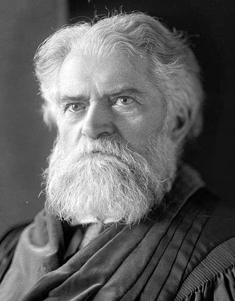 Simon Newcomb, né le 12 mars 1835 à Wallace (Nouvelle-Écosse, Canada) et mort le 11 juillet 1909 à Washington DC, est un astronome, mathématicien, économiste et statisticien américain d'origine canadienne. C'est donc un exemple typique de polymathe, qui plus est autodidacte, parlant français, allemand, italien et suédois. Il était également alpiniste. © DP