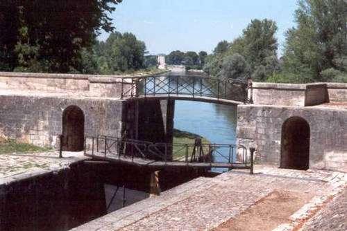 Canal latéral à la Loire, ce canal est relié au canal de Briare par le Pont Canal