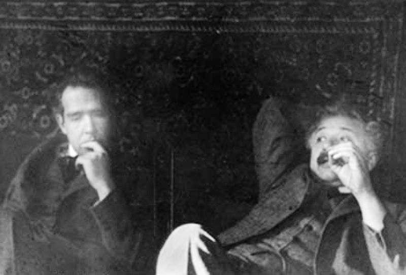 Niels Bohr et Albert Einstein étaient en désaccord sur le statut de la mécanique quantique. Albert Einstein pensait, non pas qu'elle était fausse, mais qu'elle n'était qu'une description effective de la dualité onde-corpuscule. Avec le paradoxe EPR, il avait tenté de montrer que les idées de Bohr conduisaient à admettre des signaux plus rapides que la lumière, en contradiction avec la théorie de la relativité. © Ehrenfest, Wikipédia, DP