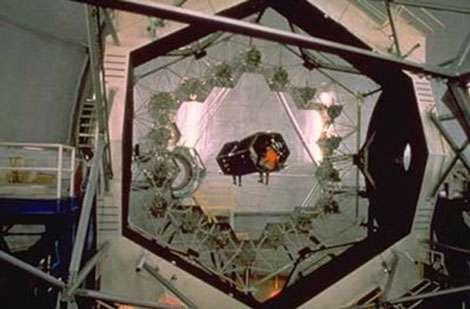 Figure 1. Miroir primaire segmenté du télescope Keck, consistant en 36 segments hexagonaux de 1,8 m de largeur, pour un diamètre total de 10 m. © Keck Observatory