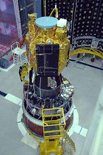 Aartosat-2A en cours d'intégration au quatrième étage du lanceur. Crédit : ISRO