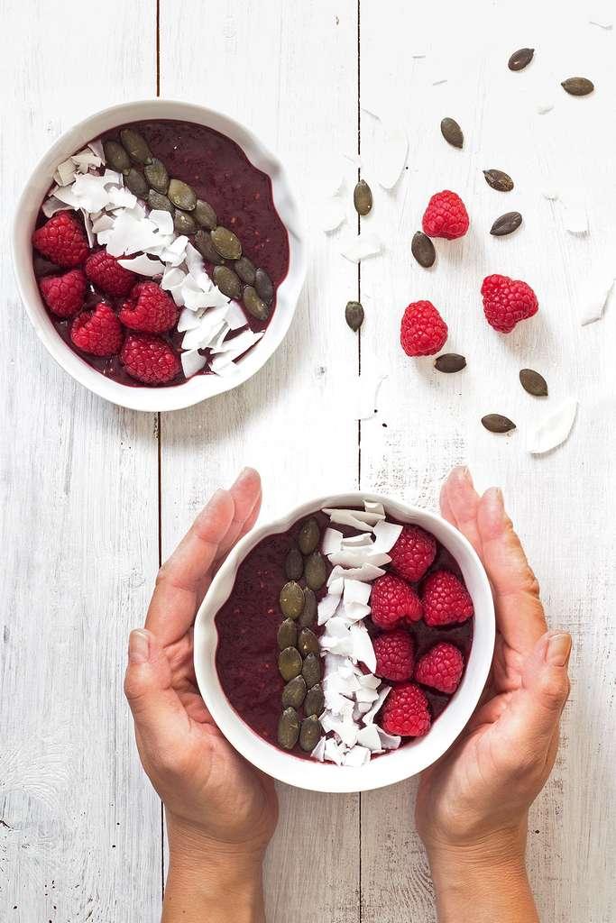 Açaï bowl aux framboises et graines de courge © Emilie Laraison