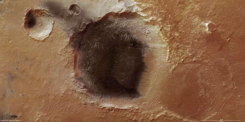 La caméra à haute résolution de Mars Express montre de nombreux détails dans cette région de Meridiani Planum, où un dépôt de cendres volcaniques semble s'échapper d'un cratère, soufflé par le vent. © Esa/DLR/Fu Berlin (G. Neukum)