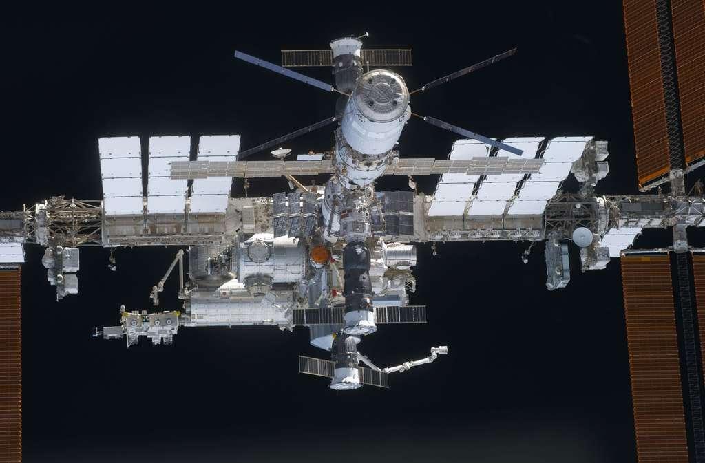 L'ISS avec certains de ses moyens d'accès, dont l'ATV européen, un cargo russe Progress et deux capsules Soyuz en permanence amarrés à la Station pour pouvoir évacuer l'équipage en cas de danger. © Nasa
