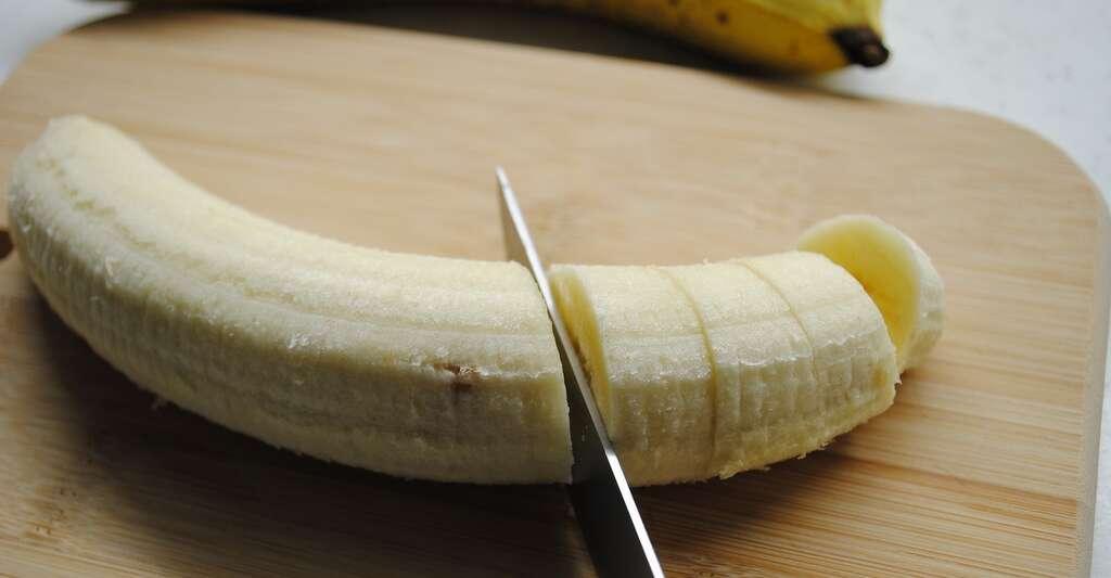 Une fois la peau de la banane enlevée, versez du jus de citron acide sur le fruit pour neutraliser l'action des enzymes et éviter le noircissement. © cokolatetnica, Pixabay License