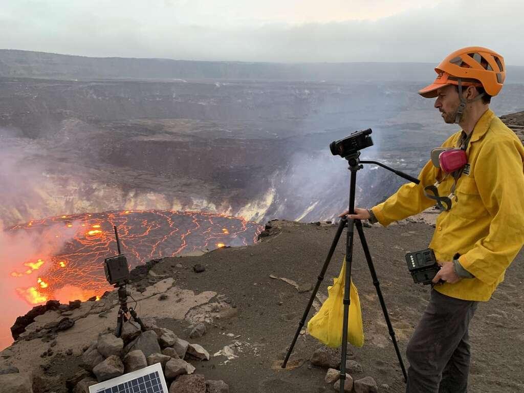 Un géologue de l'USGS Hawaiian Volcano Observatory enregistre une vidéo de l'éruption qui a commencé dans le cratère Halema'uma'u, au sommet du Kīlauea. Les scientifiques continuent de surveiller l'éruption et les dangers dans une zone du parc national des volcans d'Hawai'i qui reste fermée au public pour des raisons de sécurité. © Photo de l'USGS prise depuis la rive sud de Halema'uma'u par D. Downs