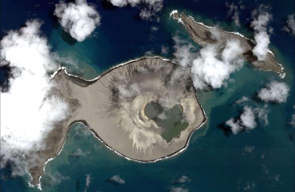 Image en haute-résolution de l'île qui a fait surface fin 2014 dans l'archipel des Tonga. © 2015 Cnes Distribution Airbus DS