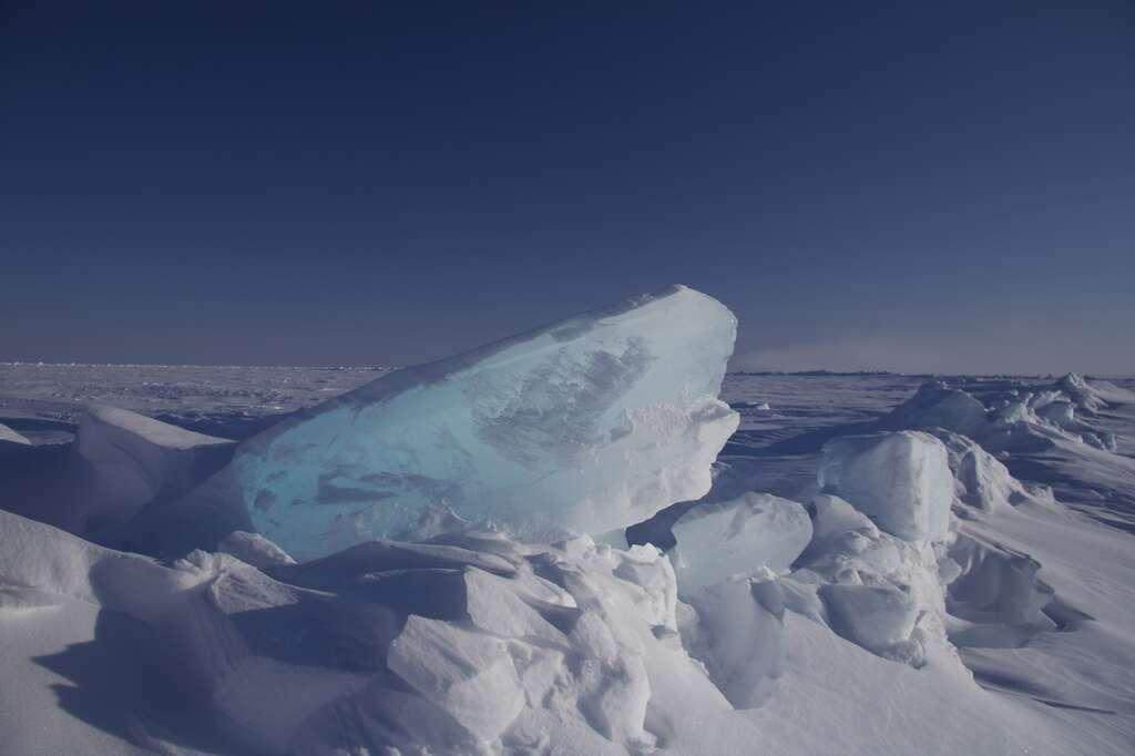 Cette crête de glace est l'un des sites de validation des données de CryoSat-2. La mesure in situ de l'épaisseur de glace concorde avec la mesure du satellite. © Seymour Laxon, Nerc, UCL