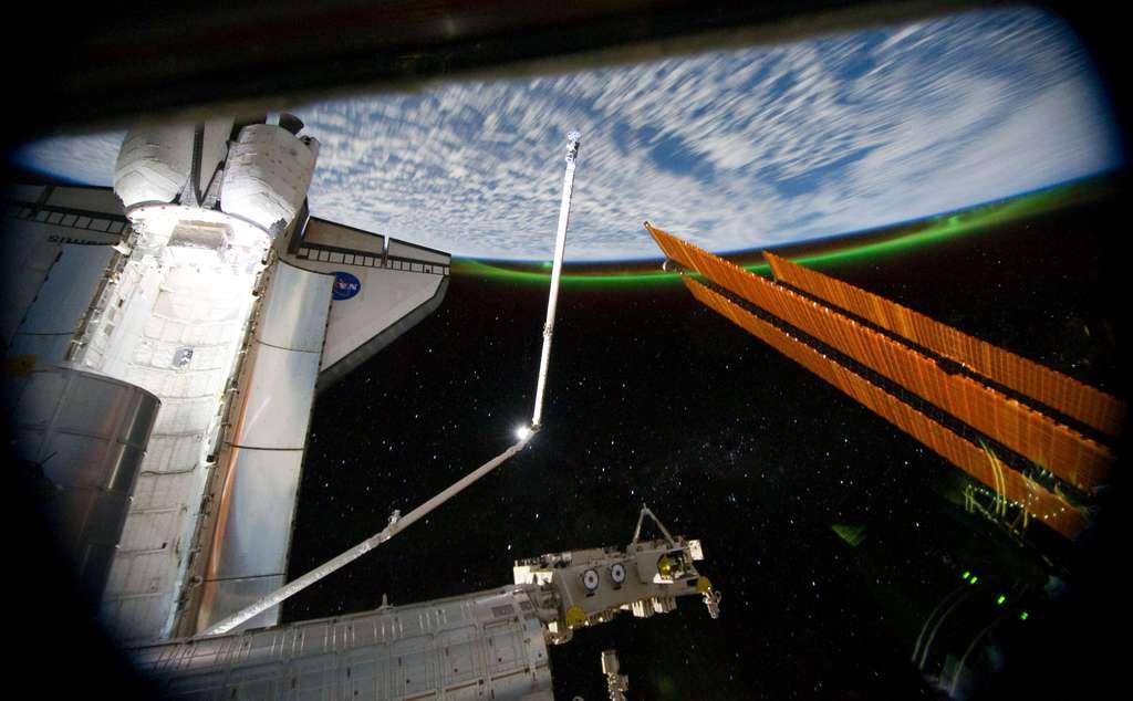 La navette Atlantis prise depuis l'ISS, avec la Terre en arrière-plan