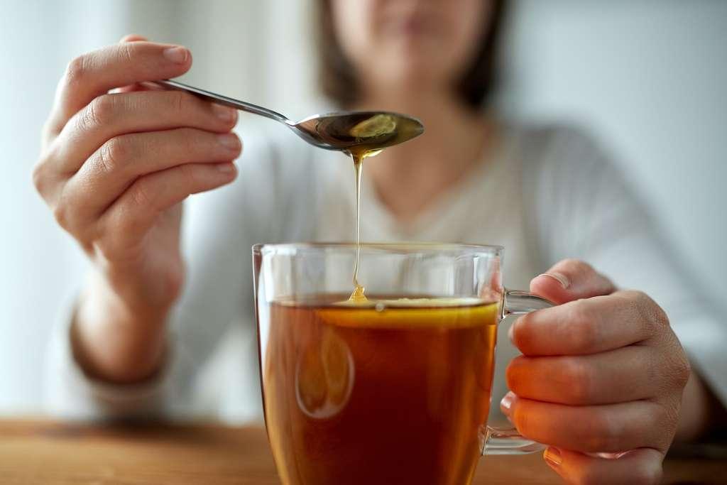 Le miel naturel ne se dilue pas facilement dans l'eau et a tendance à se déposer au fond de la tasse. © Syda Productions, Adobe Stock