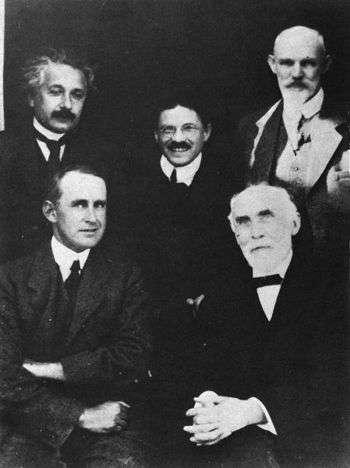 De gauche à droite et de haut en bas, Albert Einstein, Paul Ehrenfest, Willem de Sitter, Arthur Eddington et Hendrik Lorentz à l'observatoire de Leiden, vers septembre 1923. Einstein, Eddington et Ehrenfest ont tous les trois réfléchi sur la flèche du temps en physique. © AIP