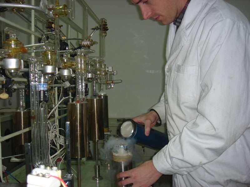 L'oxygène présent dans le groupe phosphate de l'apatite est converti en CO2 par pyrolyse dans une enceinte sous vide. © Romain Amiot, DR