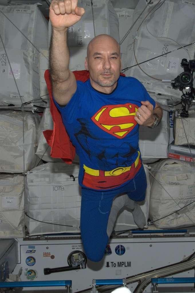 Superman dans l'espace. Les équipages de l'ISS savent aussi se détendre. Luca Parmitano a enfilé le justaucorps du célèbre héros à l'occasion d'Halloween. « Superman » est de retour sur la terre ferme depuis lundi. © Nasa