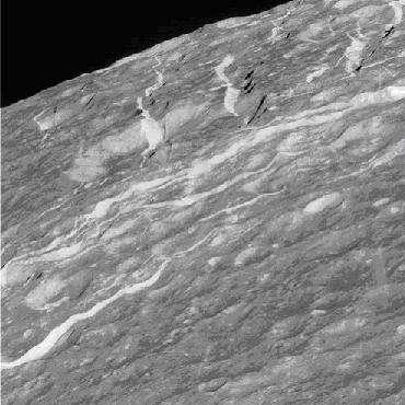 """Photographie prise par Cassini des volutes striant la face """"arrière"""" de Dioné (Crédit : NASA/JPL)"""