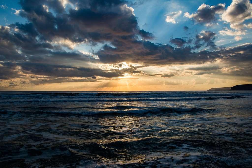 Vaporiser de l'eau de mer pour augmenter la densité des nuages et faire baisser les températures ? Une efficacité encore incertaine. © James Harris, Unsplash