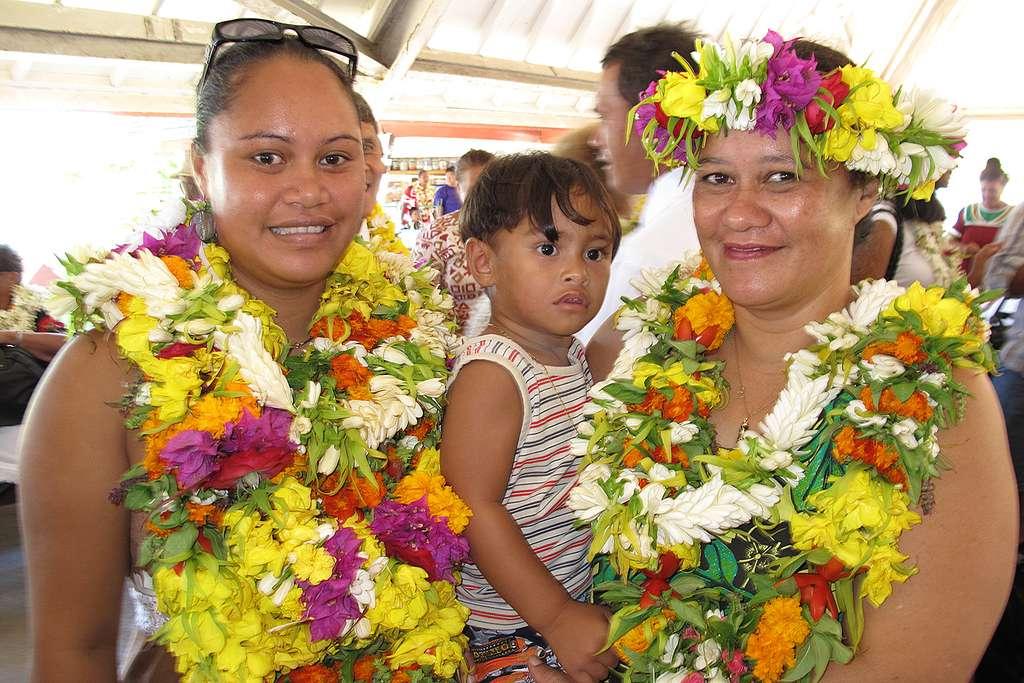 Accueil fleuri à l'aéroport de l'île de Tubuai