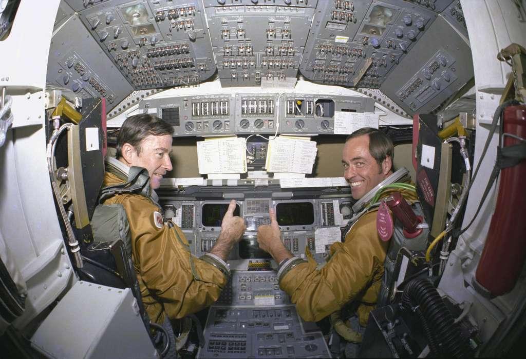 Les astronautes John W. Young et Robert L. Crippen dans le poste de pilotage de Columbia lors du premier vol d'une navette. © Nasa