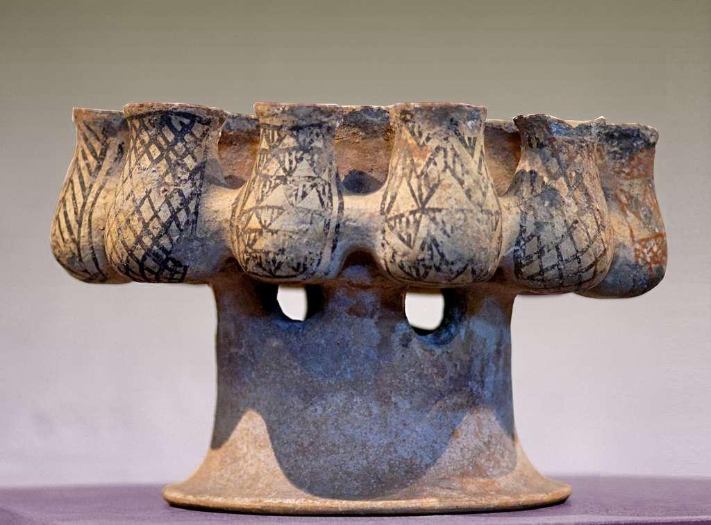 Kernos, vase à offrande composé de récipients reliés entre eux, découvert dans une tombe à Mélos (vers 2000 avant J.-C.). © DP