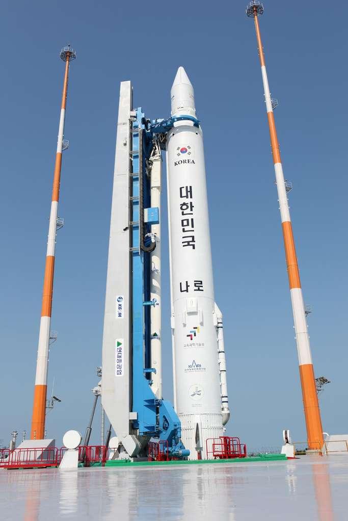 La fusée KSLV-1 (ou Naro-1) sur son pas de tir en août 2009. En 2010, lors de la deuxième tentative de lancement, le lanceur avait explosé. © Kari