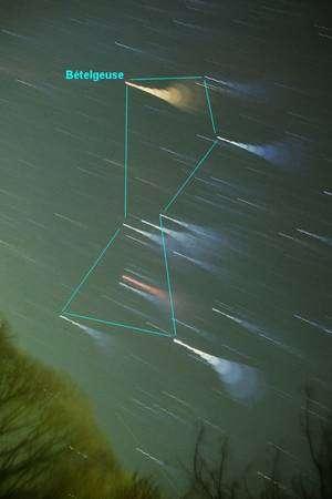 Le point brillant orangé de Bételgeuse marque l'emplacement de l'épaule du chasseur Orion. Pour accentuer les couleurs des étoiles sur cette image, la mise au point a volontairement été modifiée toutes les 5 minutes pendant une pose totale de 45 minutes au cours desquelles les étoiles se sont déplacées. Crédit J.-B. Feldmann