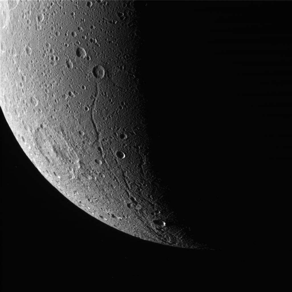 """La face """"arrière"""" du satellite Dioné présente des failles, preuve d'une activité tectonique révolue. Crédit Nasa/SSI"""
