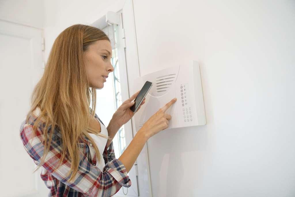 Avec l'alarme connectée vous pouvez également surveiller confortablement votre maison à distance. © goodluz, Adobe Stock