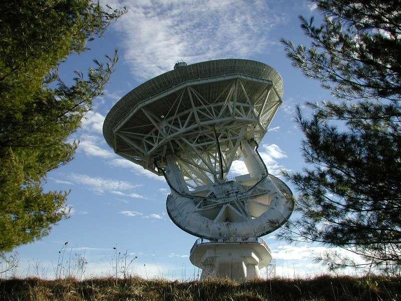 Le radiotélescope de 43 m de diamètre de l'observatoire de Green Bank, qui va faire équipe avec RadioAstron. Depuis 2001, il n'avait plus été utilisé pour des observations de radioastronomie. © NRAO