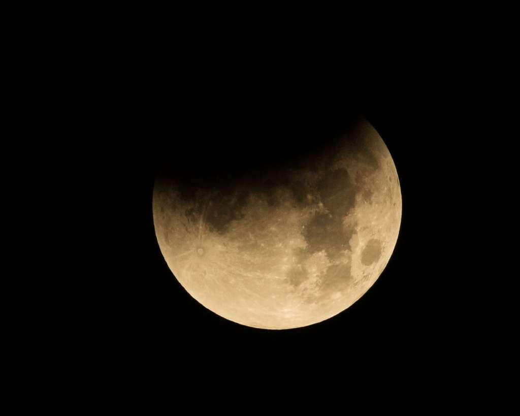 L'éclipse de Lune dans le ciel du Texas, au-dessus du Johnson Space Center de la Nasa à Houston. © Nasa, Robert Markowitz