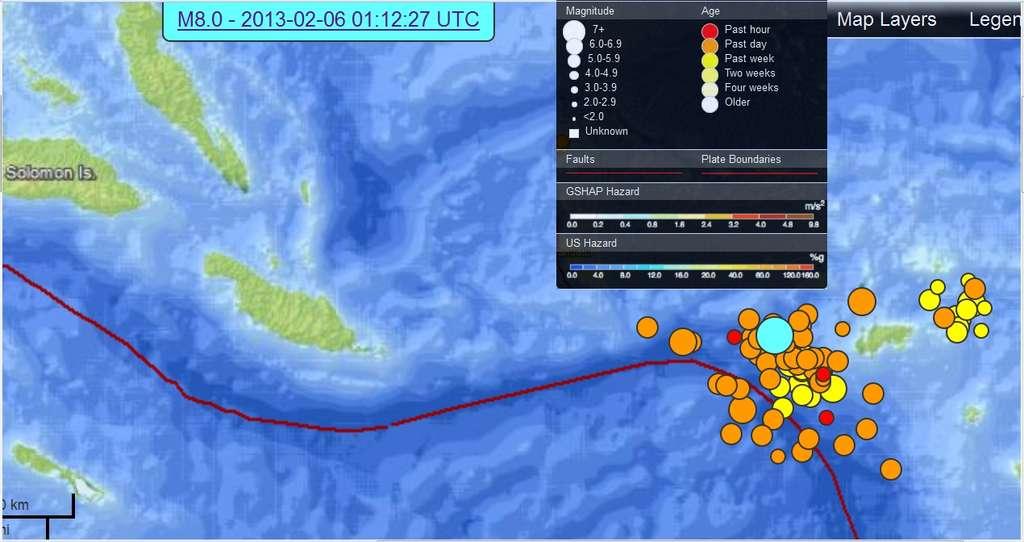 L'épicentre du séisme de magnitude 8 est indiqué en bleu. Tous les points de la carte montrent des épicentres de séismes qui se sont produits dans l'heure (en rouge), la veille (en orange), et la semaine précédente (en jaune). Le trait rouge indique la frontière entre les deux plaques tectoniques. À gauche de la carte, ce sont les îles Salomon. © USGS
