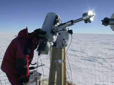 Observations astronomiques au sol. Crédit Concordia Station.