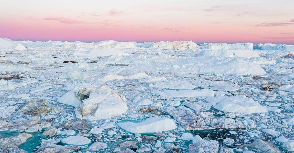 Un réchauffement de 1,5 °C au-dessus des moyennes préindustrielles pourrait condamner les glaces du Groenland. Il semble donc que les générations futures soient condamnées à vivre avec un niveau de la mer bien plus élevé qu'il ne l'est aujourd'hui. Mais la vitesse à laquelle celui-ci sera atteint semble encore pouvoir être contrôlée : 10.000 ans avec un réchauffement de +1,5 °C, seulement 1.000 ans avec un réchauffement de +2 °C. © Maridav, Adobe Stock