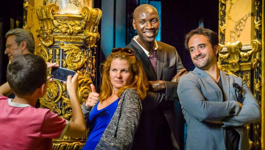 Prenez la pose au musée Grévin. Ici, avec l'acteur Omar Sy. © Sylvain Cambon, musée Grévin
