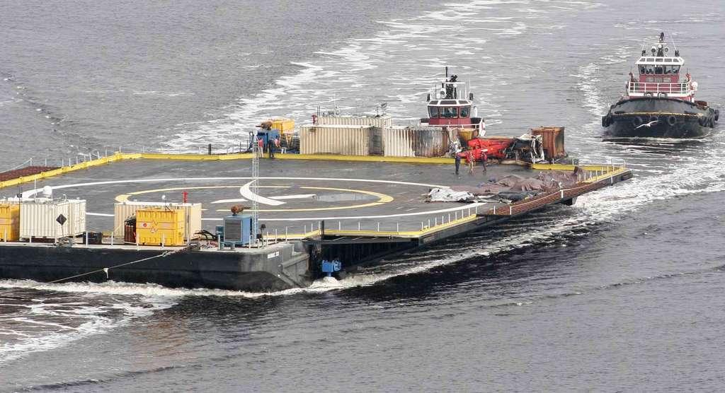 La barge endommagée après l'atterrissage raté du premier étage du lanceur Falcon 9 le 10 janvier 2015. ©