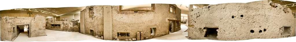 Vue panoramique à 360° de la « place du Triangle » d'Akrotiri. Le bâtiment au centre est la « maison Ouest », devant laquelle passe la « rue des Telchines ». Le bâtiment en face (apparaissant des deux côtés de la figure, qui se joignent) appartient au complexe Delta. © Klearchos Kapoutsis, cc by nc 2.0