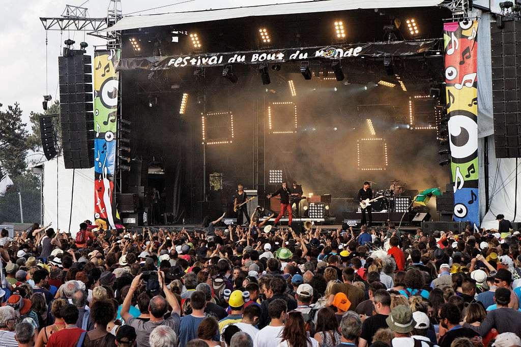 Cali, sur scène, au Festival du Bout du Monde © Thesupermat, Wikimedia Commons, by-sa 3.0