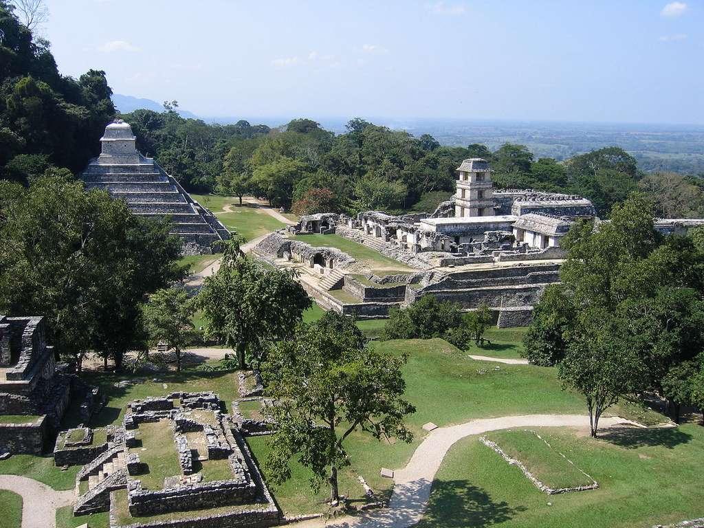 Le site maya de Palenque est célèbre en raison de la découverte d'une mystérieuse dalle fermant le tombeau d'un souverain de la cité. Certains y voient la représentation d'un pilote de vaisseau spatial. Les Mayas étaient-ils en communication avec des extraterrestres ? © Wikipédia, Peter Andersen