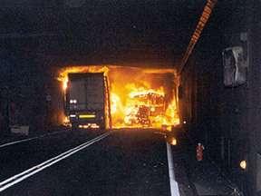 Incendie du Tunnel du Gothard, en Suisse. 24 octobre 2001. © NC