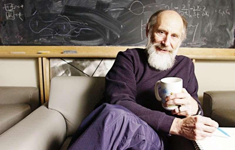 Leonard Susskind a commencé sa vie professionnelle à 16 ans comme plombier. Né en 1940 dans une famille pauvre à New York, il a été contraint très jeune de prendre le rôle de son père malade. Cela ne l'a pas empêché de suivre plus tard des études d'ingénieur, puis de se consacrer à la physique la plus théorique, celle des particules élémentaires, des trous noirs et des supercordes, dont il a été à chaque fois un contributeur essentiel, rivalisant avec Stephen Hawking et Edward Witten. © Université Stanford