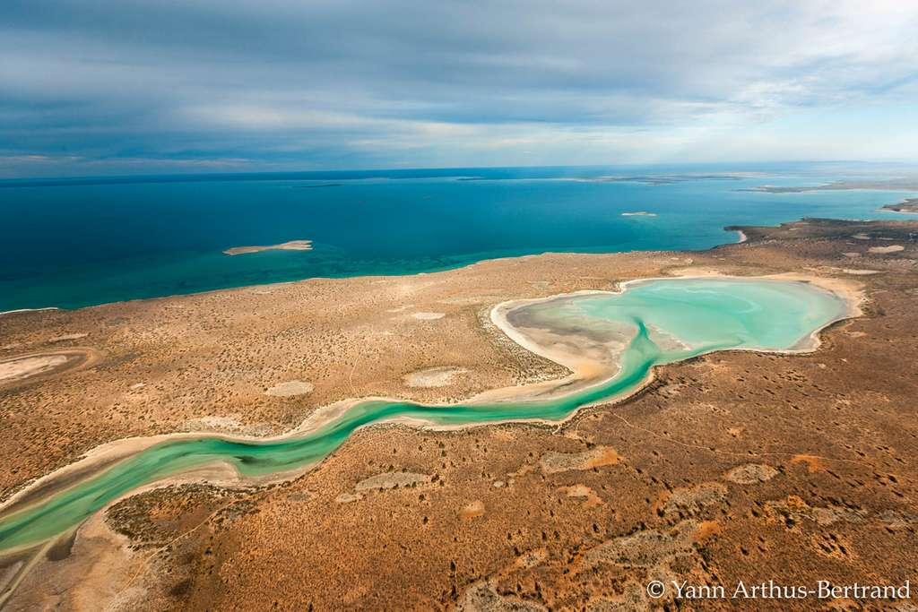 L'océan rencontre la Terre dans l'estuaire de Freycinet