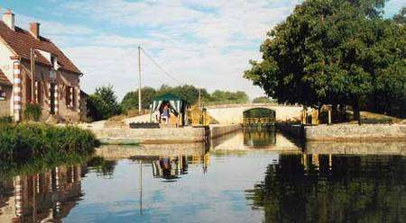 L'écluse de la Noue, sur le canal du Nivernais © Charles Berg