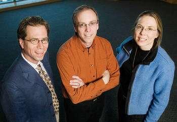De gauche à droite : Jeffrey Moore (chimiste), Scott White (professeur d'ingénierie aéronautique) et Nancy Sottos (professeur d'ingénierie de science des matériaux) © L. Brian Stauffer