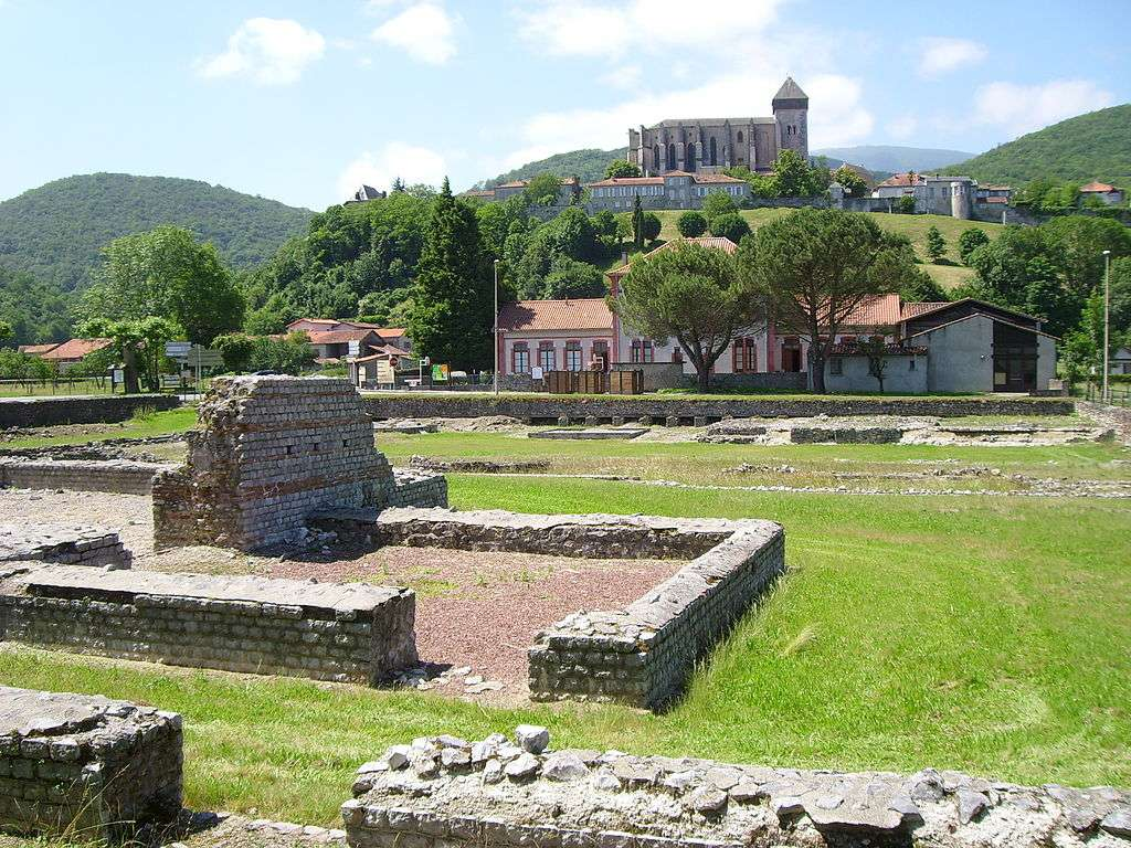 Les thermes du forum (au premier plan), le temple et la cité médiévale de Saint-Bertrand-de-Comminges, en Haute-Garonne. © Fifistorien, Wikimedia Commons, GNU 1.2